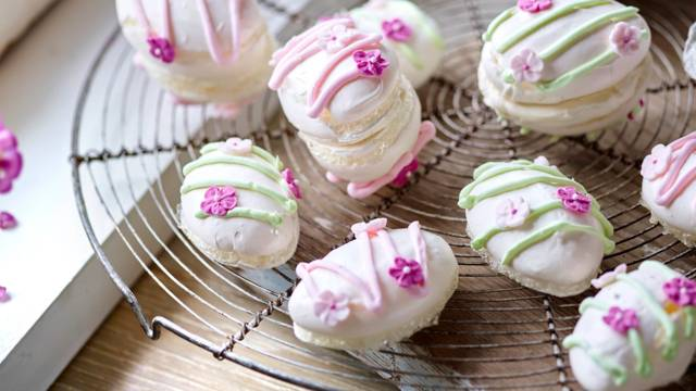 Mini Easter Meringues